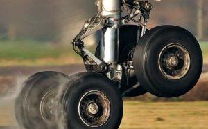 La hidráulica es parte fundamental de nuestra vida cotidiana. Tren de aterrizaje de avión con sistemas hidráulicos
